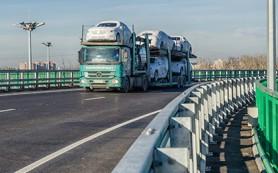 Импорт легковушек в Россию с начала года упал вдвое