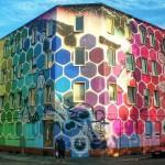 Уличное искусство: яркие соты на фасаде обычного здания