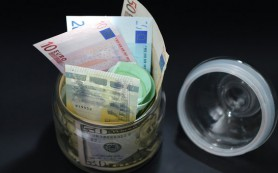 Евро дешевеет к доллару на итогах воскресного референдума в Греции
