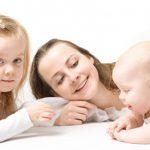 Младенцы начинают запоминать слова, когда им исполняется 6 месяцев