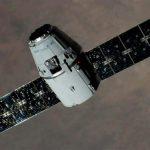 Космический аппарат Dragon компании SpaceX возвращается на Землю