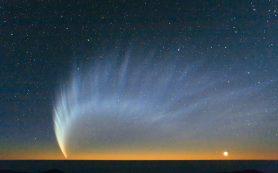 Форма пылевого хвоста кометы может быть обусловлена действием солнечного ветра
