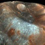 Движение потоков реголита объясняет необычные свойства поверхности Фобоса