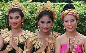 Туристам в Таиланде лучше не поворачиваться спиной к Будде и не здороваться за руку с местными