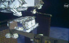 Астронавты заменяют старые батареи в первом из пяти выходов в космос