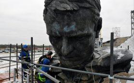Ржевский мемориал: завершается сборка верхней части скульптуры