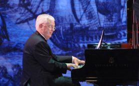 Раймонд Паулс встретил день рождения на сцене за роялем