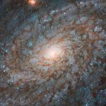 """""""Хаббл"""" наблюдает спиральную галактику, похожую на облако, на новом снимке"""