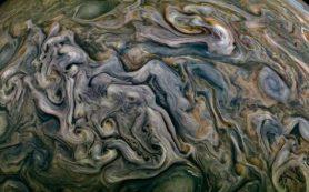 Хаотичная и завораживающая атмосфера Юпитера на новом фото от аппарата «Юнона»