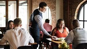 Громкие разговоры в ресторане могут увеличить риск заражения SARS-Cov-2