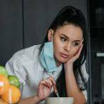 Каждый третий взрослый переживает тяжелый стресс из-за COVID-19
