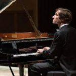 Пианист Николай Луганский: Музыка должна звучать вживую
