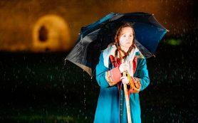 Александринский театр открыл сезон спектаклем под проливным дождем в Пскове